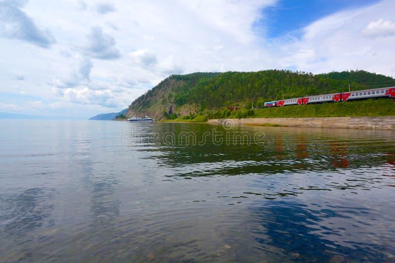 Widok na dziejowej Circum Baikal kolei zdjęcie stock