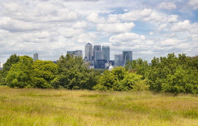 Widok na dzielnicie biznesu Canary Wharf od starego angielszczyzna parka, południe Londyn fotografia royalty free