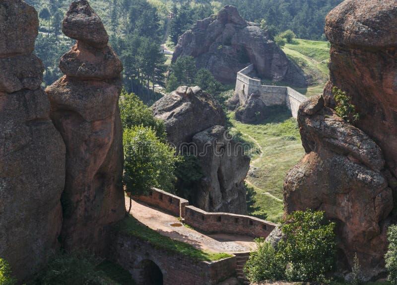 Widok na fortecznym Kaleto i Belogradchik kołysa od wierzchołka, Belogradchik, Bułgaria obraz stock