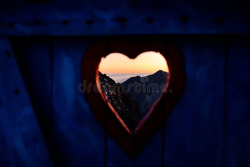 Widok na góra krajobrazie przez drzwi zdjęcie royalty free