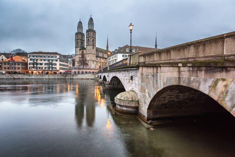 Widok na Grossmunster kościół i Zurich śródmieściu w wieczór obrazy royalty free