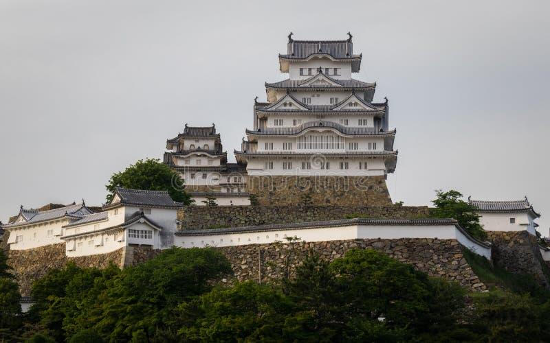 Widok na Himeji kasztelu na jasnym, słoneczny dzień z wiele zieleń wokoło Himeji, Hyogo, Japonia, Azja zdjęcie stock