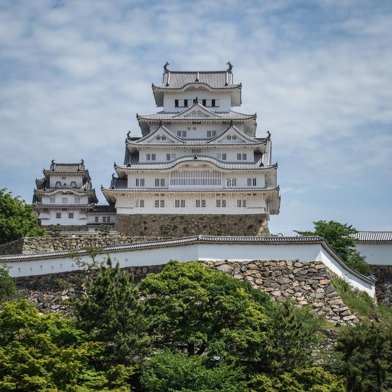 Widok na Himeji kasztelu na jasnym, s?oneczny dzie? z wiele ziele? woko?o Himeji, Hyogo, Japonia, Azja fotografia royalty free