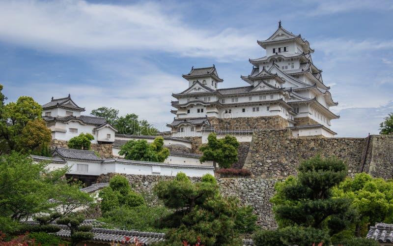 Widok na Himeji kasztelu kompleksie na jasnym, słonecznym dniu wśrodku zielonego krajobrazu i niebieskim niebie, Himeji, Hyogo, J zdjęcia royalty free