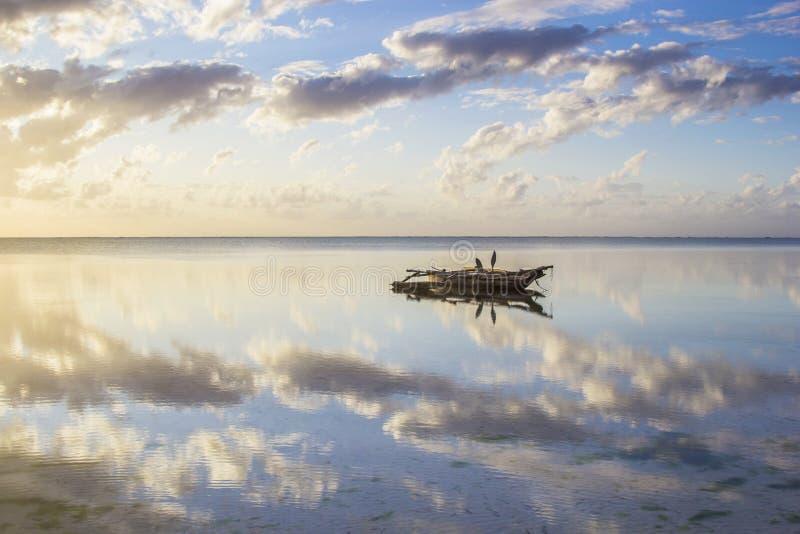 Widok na idyllicznym waterscape z tradycyjną dhow łodzią obraz stock