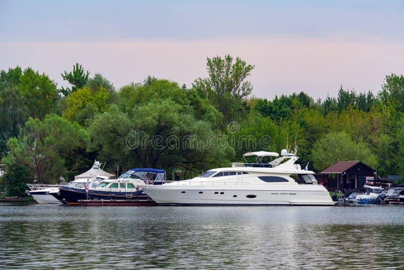 Widok na jachty w doku artykule wstępnym obraz stock