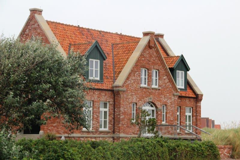 Widok na jawnym domu pod niebieskim niebem na północnym dennym wyspy juist Germany obrazy stock