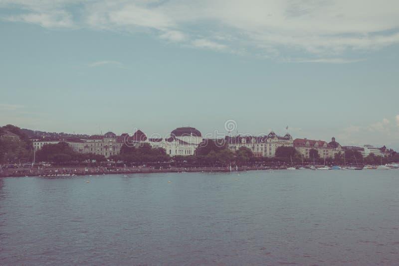 Widok na jeziornym Zurich i oddalonej operze, Zurich, Szwajcaria, Europa zdjęcia stock