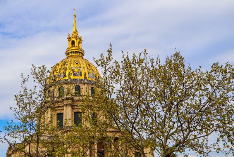 Widok na kopuła kościół Les Invalides przez drzew w wiośnie w Paryskim Francja Kwiecie? 2019 fotografia royalty free