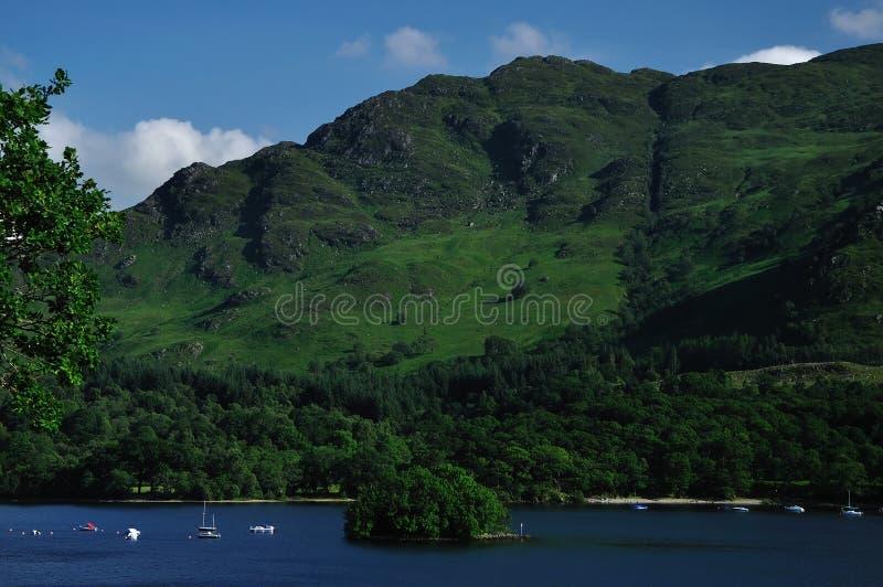 Widok na Loch i Neish wyspie W St. Fillans Zarabia zdjęcia stock