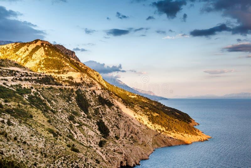 Widok na Makarska Riviera wybrzeżu w wieczór zdjęcia stock