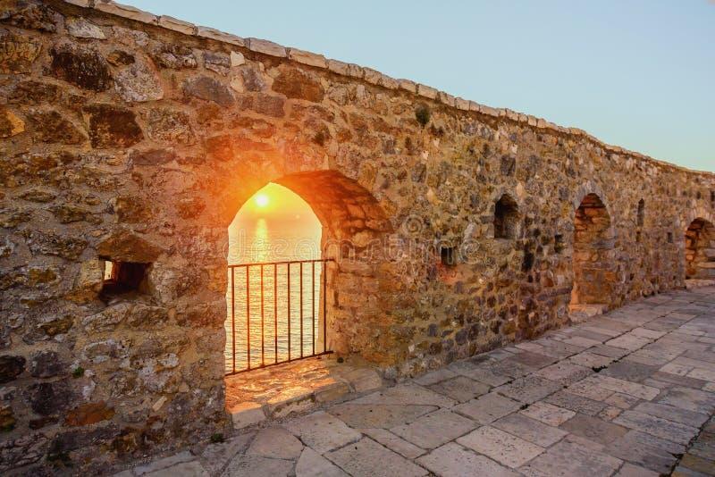 Widok na morzu od fortecznego okno w starym grodzkim Ulcinj, Mon zdjęcie royalty free