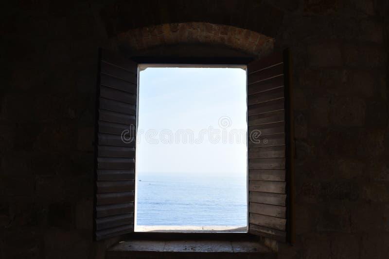 Widok na morzu przez otwartego okno obrazy royalty free