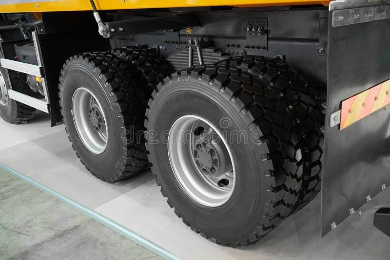 Widok na nowej czystej tylni tipper ciężarówce toczy i męczy Błoto toczy dla handlowego transportu, specjalni samochody Ciężarowy obrazy stock