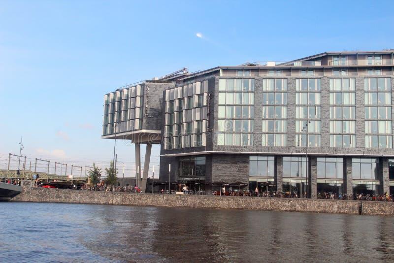 Widok na nowożytnym domu na badylach przy brzeg rzeki w Amsterdam holandiach obraz stock