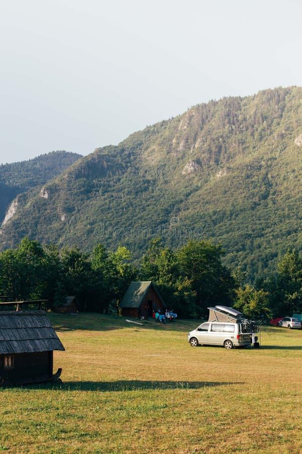 Widok na obozowego miejsca i obozowicza samochodzie dostawczym parkującym fotografia royalty free