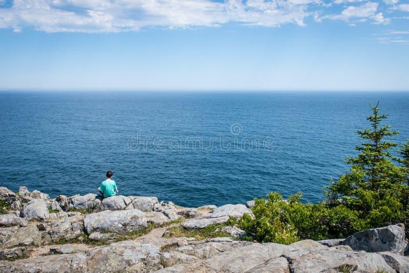 Widok Na Ocean od falezy w Acadia parku narodowym obrazy stock