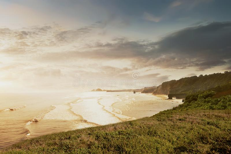 Widok na ocean z fala od falezy zdjęcia royalty free