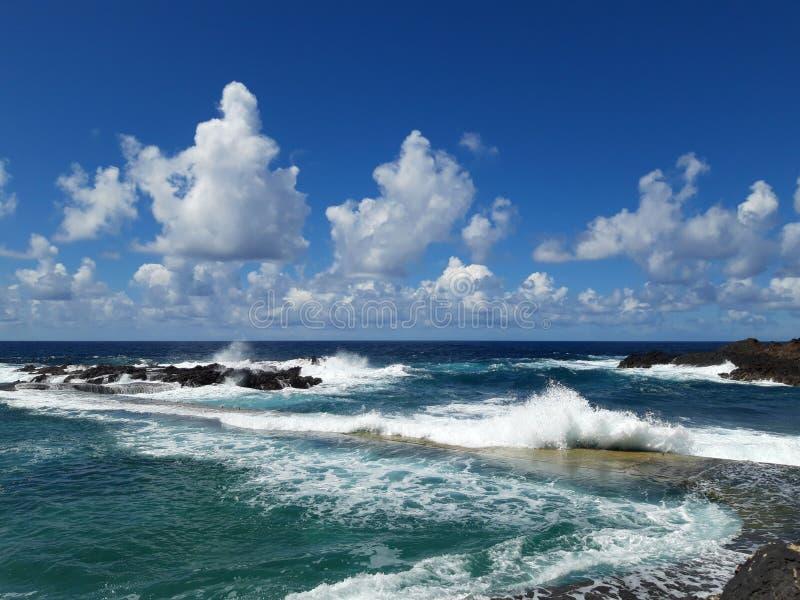 Widok na ocean z falami bryzga na skalistym wybrzeżu obraz royalty free