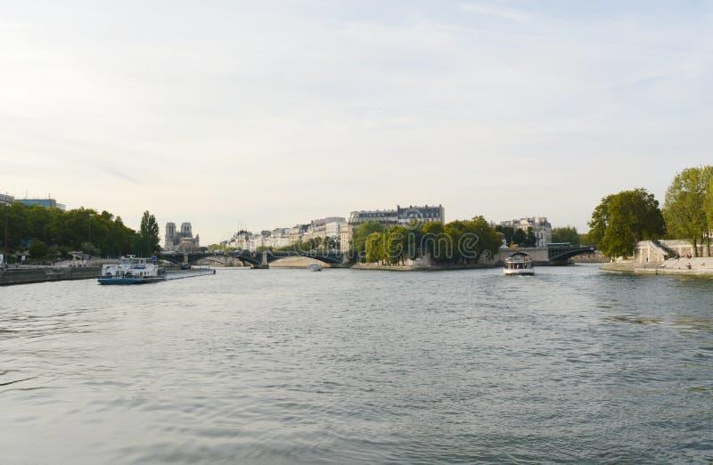 Widok na północny zachód od Sekwany w kierunku zniszczonej katedry Notre Dame fotografia royalty free