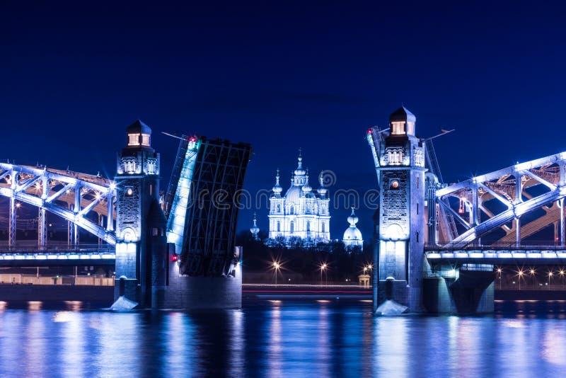 Widok na Peter lub Bolsheokhtinsky Wielki most przez Neva Smolny i rzeki katedrę w świętym Petersburg, Rosja w th zdjęcie stock