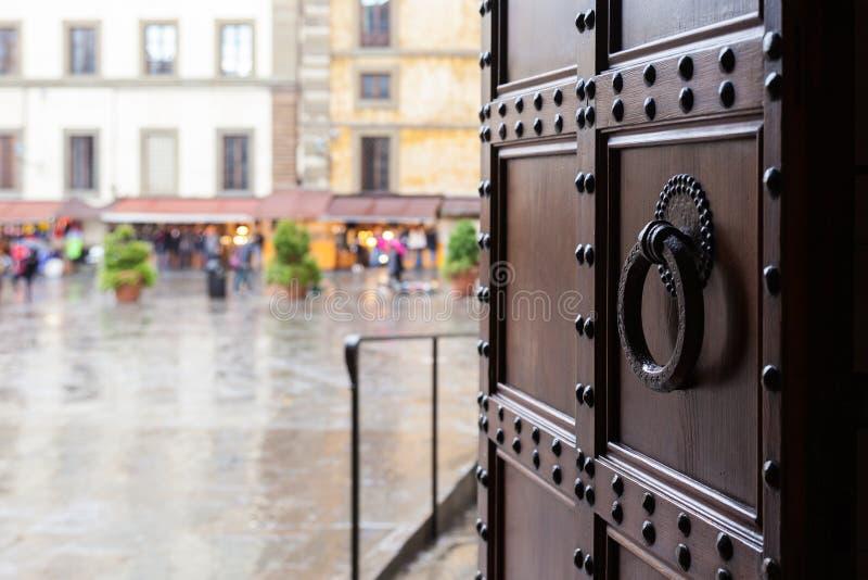 Widok na piazza w Florencja mieście w deszczu fotografia stock