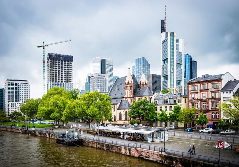 Widok na pieniężnym okręgu z Główną rzeką w Frankfurt mieście zdjęcie stock