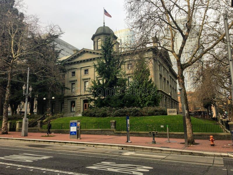 Widok na pionierski sąd z amerykańską flagą latającą wysoko nad miastem Bożego Narodzenia w Portland, Oregon zdjęcie royalty free