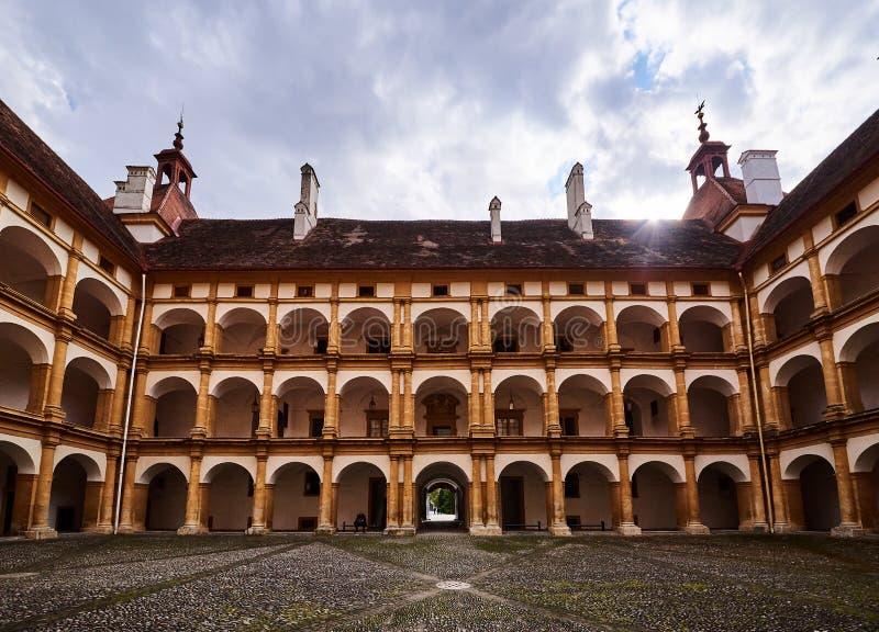 Widok na podwórze turystycznym pałacu Eggenberg, słynny cel podróży w Styrii fotografia royalty free