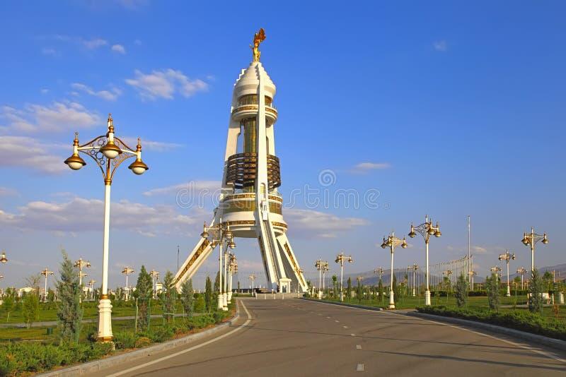 Widok na Pomnikowym neutralność łuku od parka Ashkhabad Turkmenistan obrazy royalty free