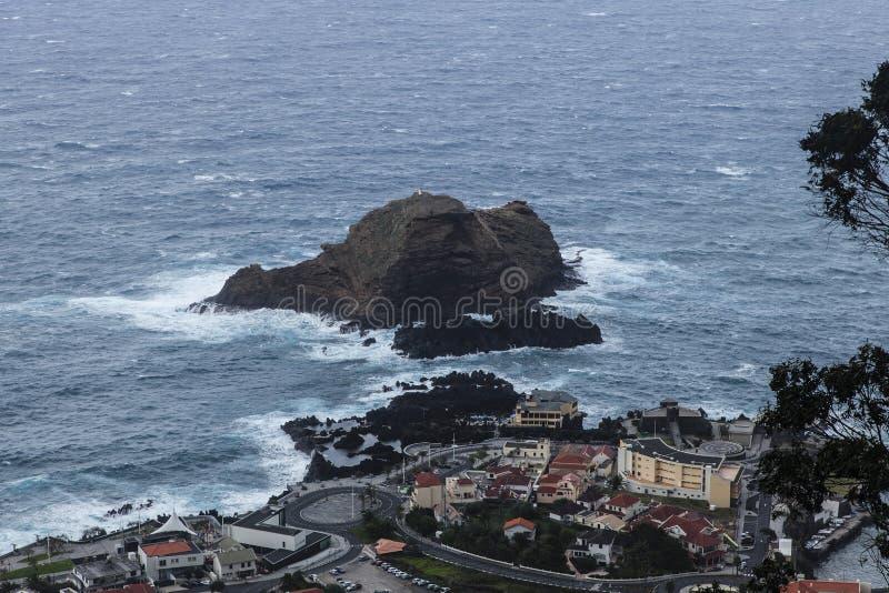 Widok na Porto Moniz, mała wioska przy linią brzegową madera, Portugalia obrazy royalty free