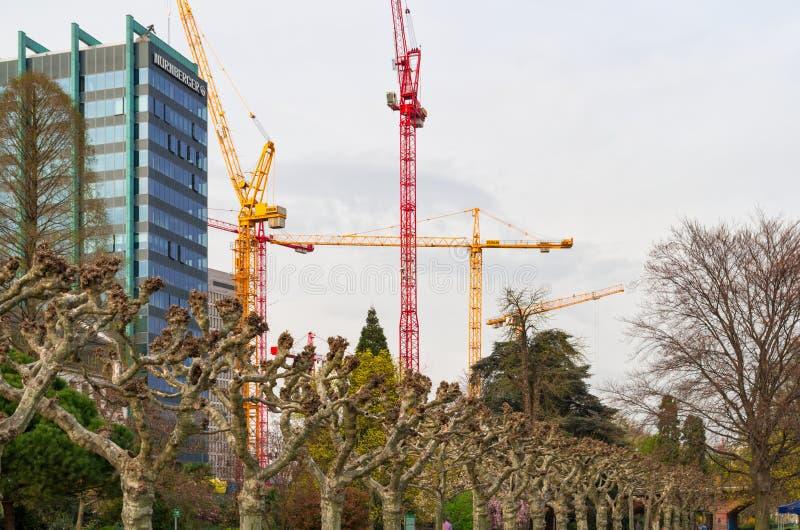 Widok na pracujących budowa żurawiach w pieniężnym okręgu Frankfurt główny miasto - Am - zdjęcia royalty free
