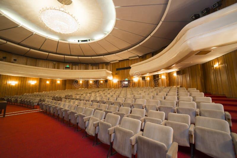 Widok na rzędach krzesła w pustej kinowej sala fotografia royalty free