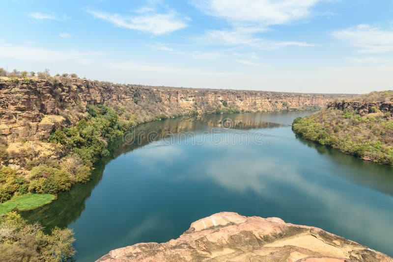Widok na rzekę Chambal Valley w pobliżu świątyni Garadia Mahadev Kota Indie zdjęcie royalty free