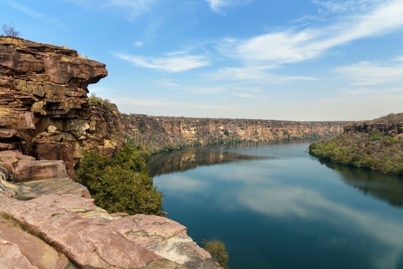 Widok na rzekę Chambal Valley w pobliżu świątyni Garadia Mahadev Kota Indie fotografia stock