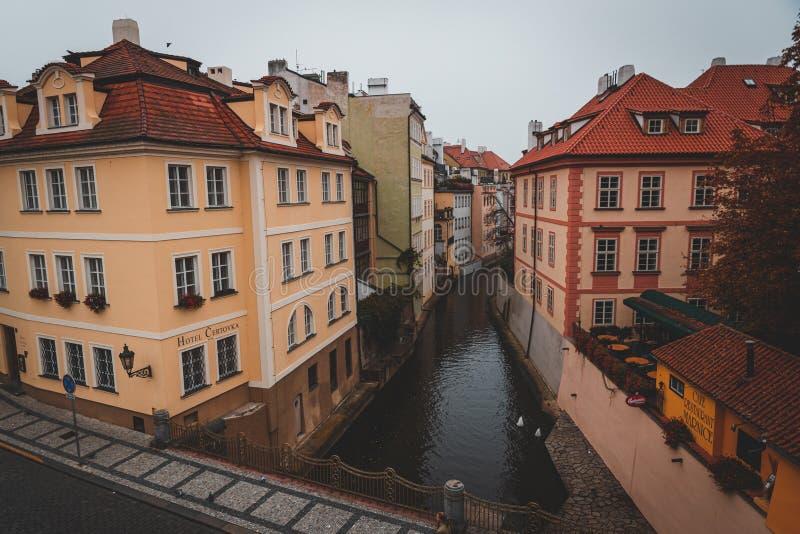 Widok na rzekę Wełtawą z mostu Karola obraz stock