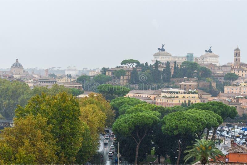 Widok na Rzym od pomarańcze ogródu, Giardino degli Aranci na Aventine wzgórzu w deszczu Włochy zdjęcie royalty free