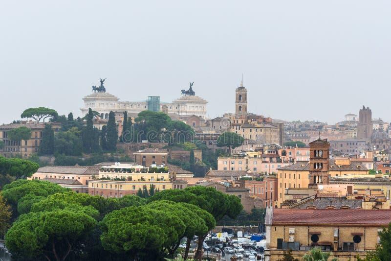 Widok na Rzym od pomarańcze ogródu, Giardino degli Aranci na Aventine wzgórzu w deszczu Włochy zdjęcie stock
