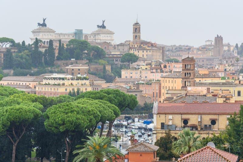 Widok na Rzym od pomarańcze ogródu, Giardino degli Aranci na Aventine wzgórzu w deszczu Włochy obrazy stock