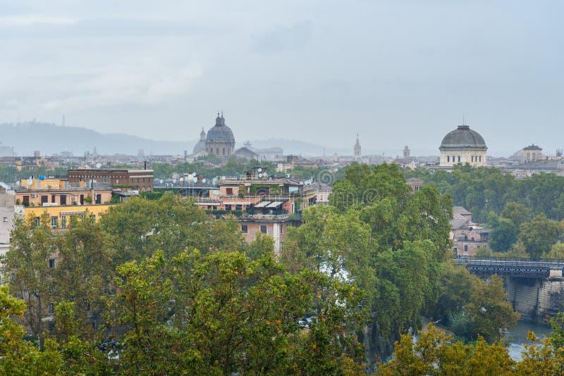 Widok na Rzym od pomarańcze ogródu, Giardino degli Aranci na Aventine wzgórzu w deszczu Włochy fotografia stock