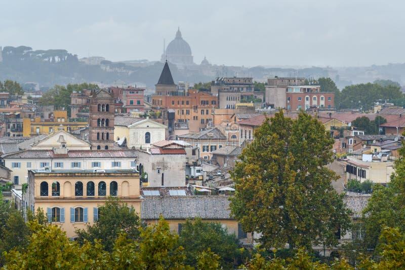 Widok na Rzym od pomarańcze ogródu, Giardino degli Aranci na Aventine wzgórzu w deszczu Włochy obraz stock
