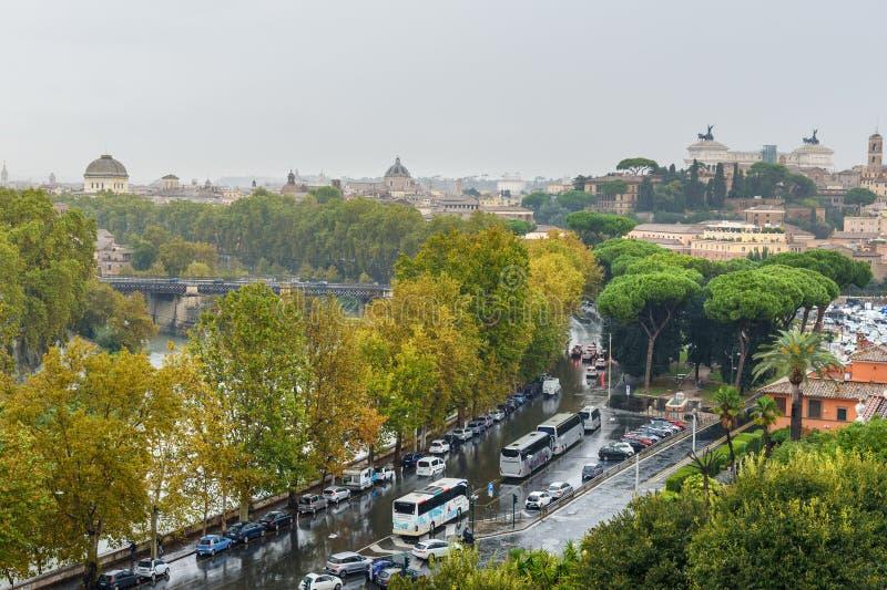 Widok na Rzym od pomarańcze ogródu, Giardino degli Aranci na Aventine wzgórzu w deszczu Włochy obrazy royalty free