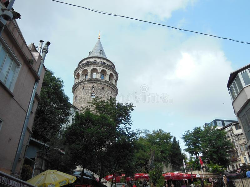 Widok na sławny turystyczny miejsca Galata wierza w Istanbuł w Turcja obrazy royalty free