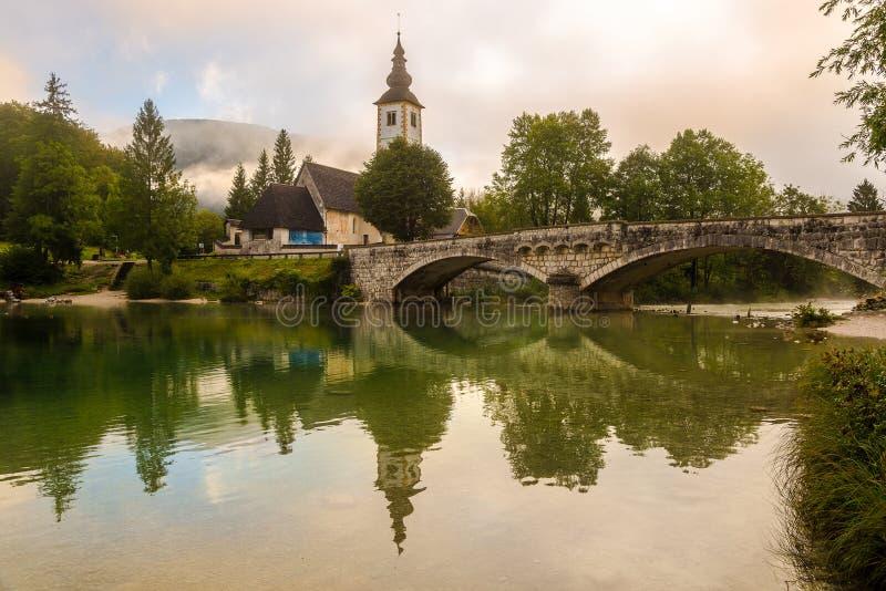 Widok na Saint John the Baptist w Ribcev Laz niedaleko jeziora Bohinj w Słowenii zdjęcia stock