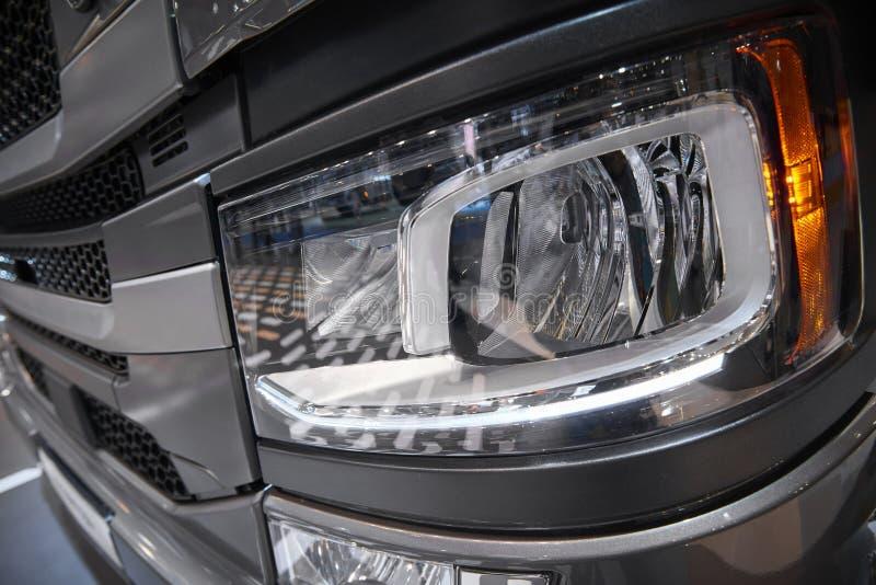 Widok na samochód ciężarówki kabinowym frontowym świetle z ciężką klingeryt pokrywą Samochodu światła zakończenie up Ciężarowa ka zdjęcia stock