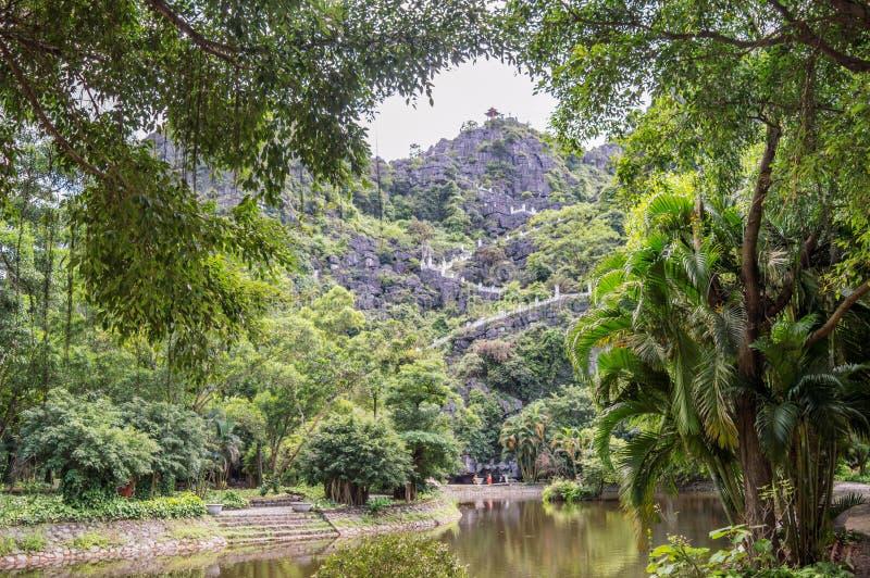 Widok na schodkach prowadzi odgórna pagoda zrozumienia Mua świątynia, Ninh Binh, Wietnam obraz royalty free