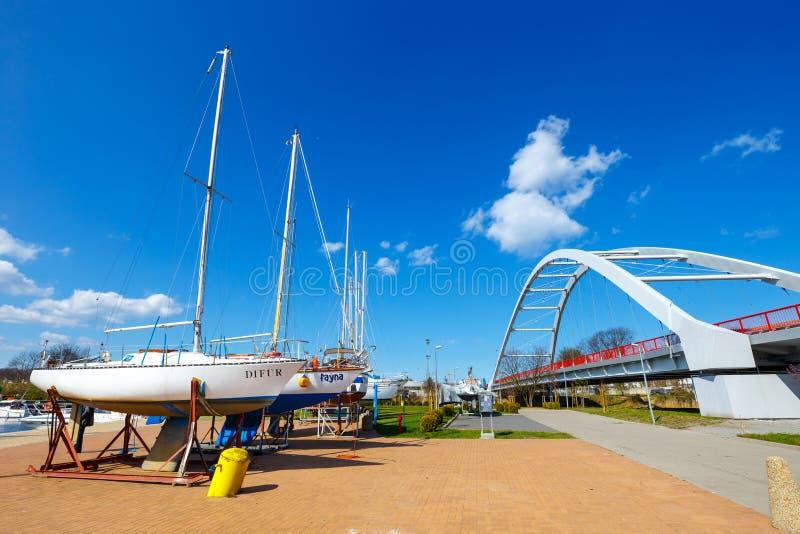 Widok na schronieniu w Kolobrzeg z wiele cumującymi statkami i łodziami Kolobrzeg jest popularnym turystycznym d obrazy stock