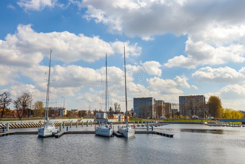 Widok na schronieniu w Kolobrzeg z wiele cumującymi statkami i łodziami Kolobrzeg jest popularnym turystycznym d fotografia stock