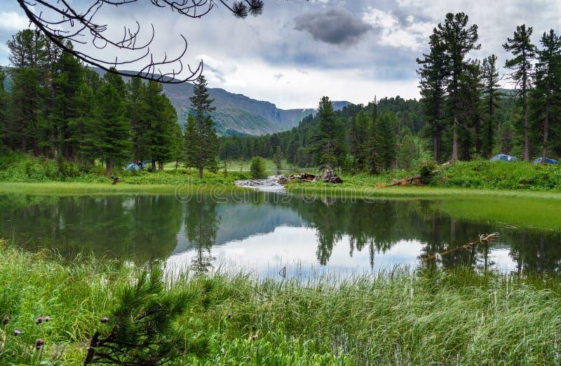 Widok na Siódmy jeziorze Karakol jeziora w Altai republice Rosja obrazy stock