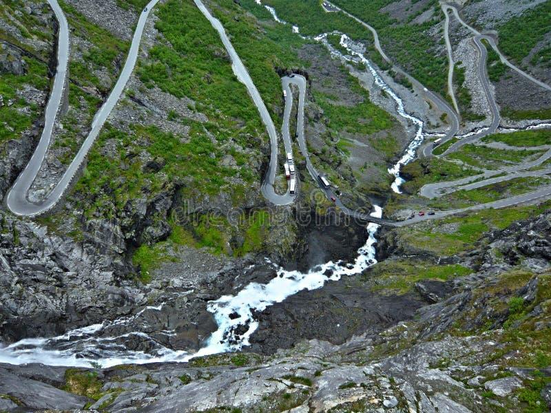 Widok na siklawie Stigfossen i Trollstigen zdjęcie royalty free